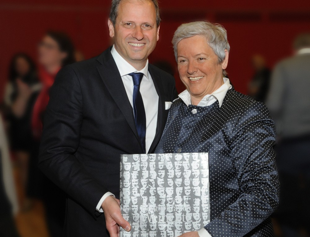 """VDP. Präsident Steffen Christmann, verleiht Paula Bosch die """"Silberne Ehrennadel"""""""
